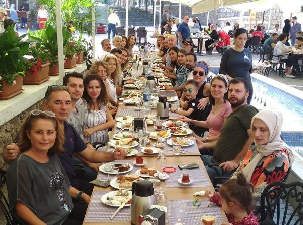 Gölcük Fatih Sultan Mehmet Anadolu Lisesi Öğretmenleri Değirmendere Yalı Evlerinde Kahvaltıda bir araya geldiler.